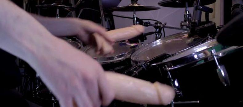 Il batterista che suona Enter Sandman coi dildos!